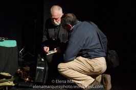 Peter Brötmann firmando un disco a Jesús