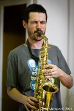 El Pricto toca el saxo alto