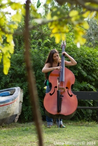 Cambio de papeles: Sònia tocando el contrabajo de Johannes
